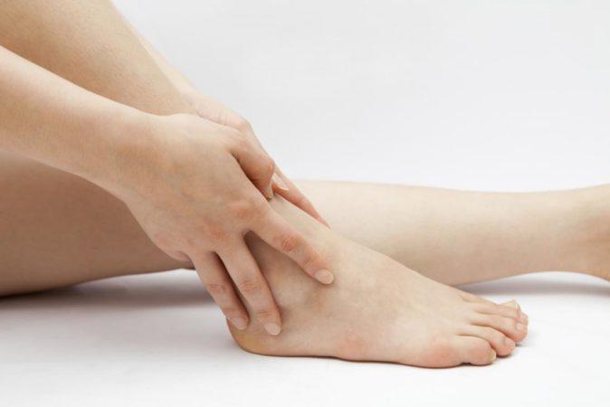 Il gonfiore alle caviglie: cause e rimedi - Belli e in Salute