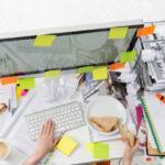 Una scrivania disordinata indica intelligenza