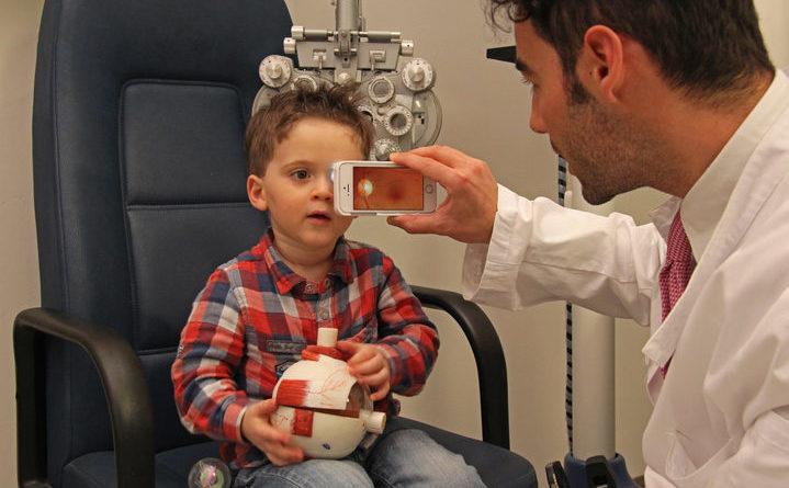 sanità digitale - esame occhio smartphone
