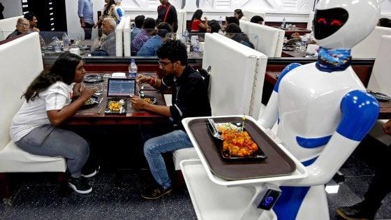 Cameriere robot serve i pasti