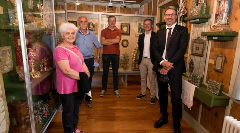 I componenti dell'Associazione Pro Museo di Aldino Magda Ploner e Toni Stürz, il vicepresidente Rainer Ploner, il presidente Peter Daldos e il presidente della Provincia Arno Kompatscher durante la visita. (Foto: ASP/Associazione Pro Museo Aldino)