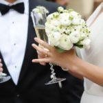 Gli sposi tornano a baciarsi sull'altare senza mascherine