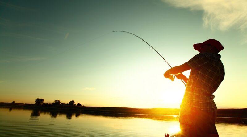pesca da barca su lago
