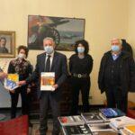 La Spezia. Il sindaco Peracchini ha ricevuto il libro Uno Sguardo sulla città
