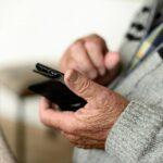 Gli effetti della pandemia: i cellulari per gli anziani unico contatto con i familiari