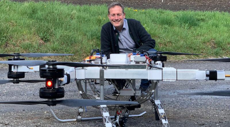 Meno inquinamento e più risparmio: l'assessore Bessone con uno dei droni testati per il trasporto di cibo e merci nei rifugi (Foto: ASP/Anna Pitarelli)