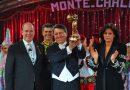 Flavio Togni solleva il Clown d'Oro al Festival del Circo di Monte Carlo